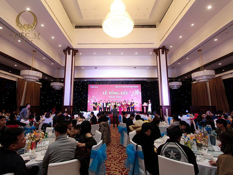 Tiệc liên hoan công ty tổ chức tại nhà hàng