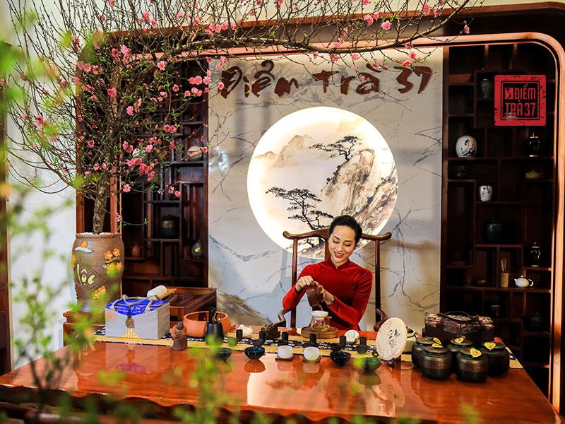 Không chỉ thưởng thức trà ngon, khách thưởng trà còn được chiêm ngưỡng nghệ thuật pha trà kỳ công, tỉ mỉ