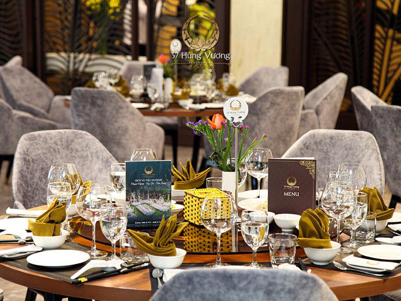 Chuẩn bị thảm và bàn ghế cho tiệc cuối năm