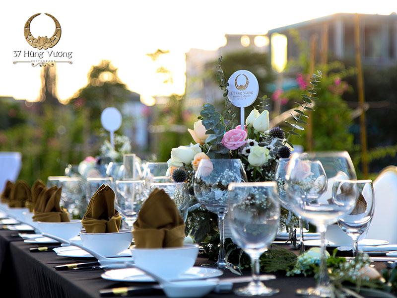 Trang trí tiệc cuối năm bằng hoa tươi, bóng bay