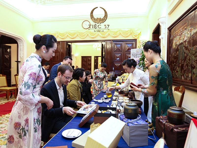 Thông thường, tiệc trà diễn ra vào giữa buổi tiệc nhưng cũng có nhiều sự kiện tổ chức vào đầu hoặc cuối