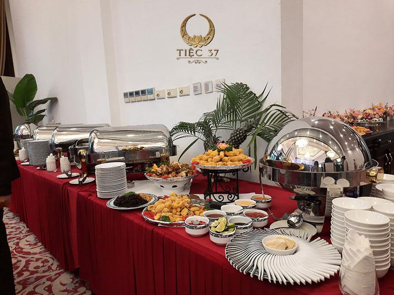 Tiệc buffet (tiệc đứng) là một hình thức tổ chức ăn uống theo kiểu tự chọn