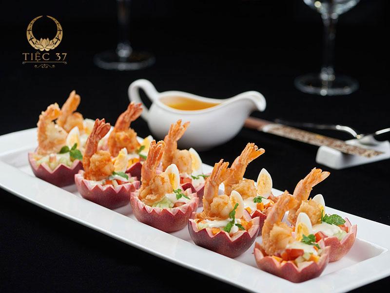 Finger food chỉ loại hình tiệc nhẹ, bao gồm các món ăn gọn, nhỏ, trang trí tinh tế hoặc được xiên qua que tre