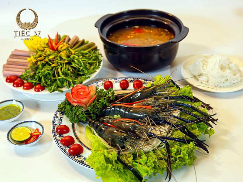 Món chính nên kết hợp hài hòa giữa các thực phẩm giàu đạm như thịt, hải sản… với rau xanh giàu chất xơ để đảm bảo cân bằng dinh dưỡng, cũng như không gây nhàm chán khi sử dụng món ăn