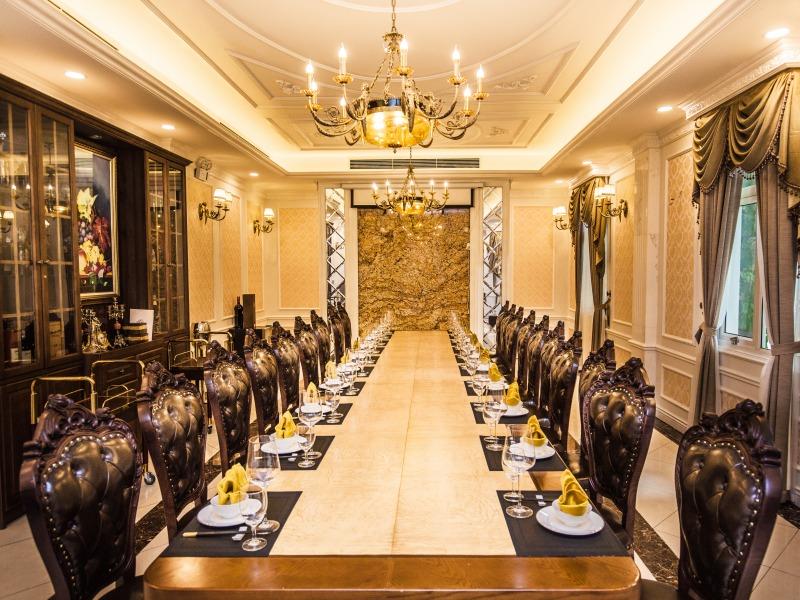 Phòng tiệc riêng thích hợp tổ chức tiệc cuối năm
