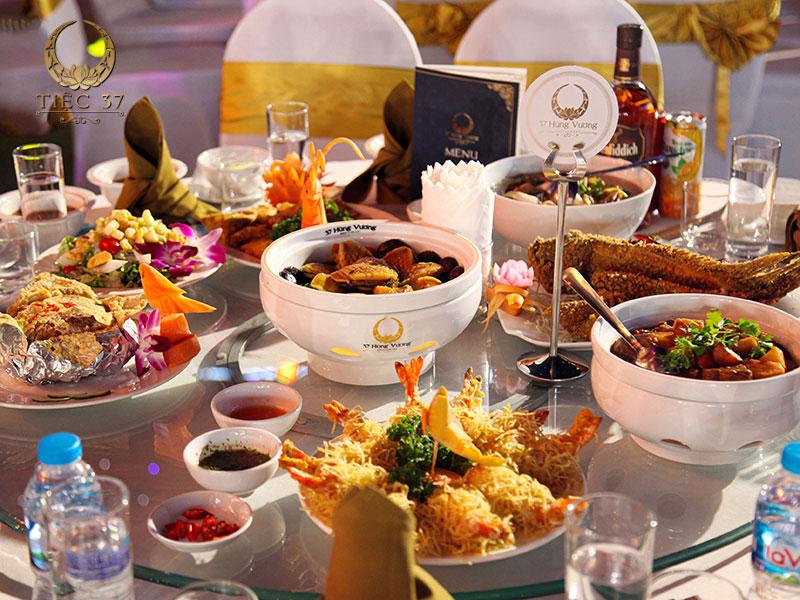 Tổ chức theo kiểu tiệc set menu truyền thống
