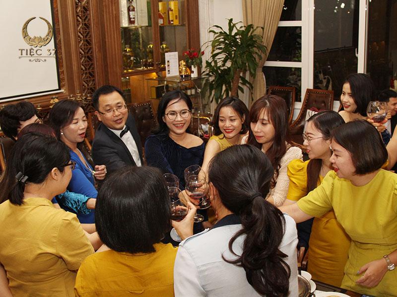 Đa số công ty thường chọn tổ chức liên hoan tổng kết cuối năm vào buổi chiều tối tại các nhà hàng, khách sạn hay trung tâm hội nghị…