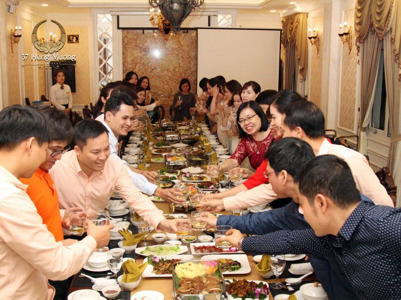 Tiệc họp lớp tổ chức tại phòng VIP nhà hàng 37A Hùng Vương