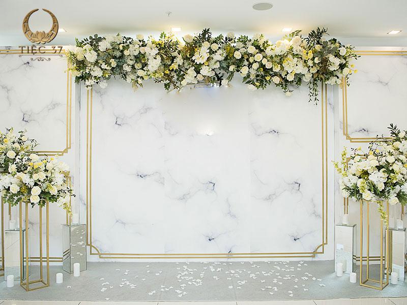 Trang trí khu vực backdrop bằng hoa tươi